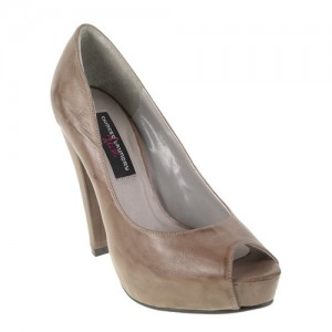 High heel pumps are a slimming fashion tip